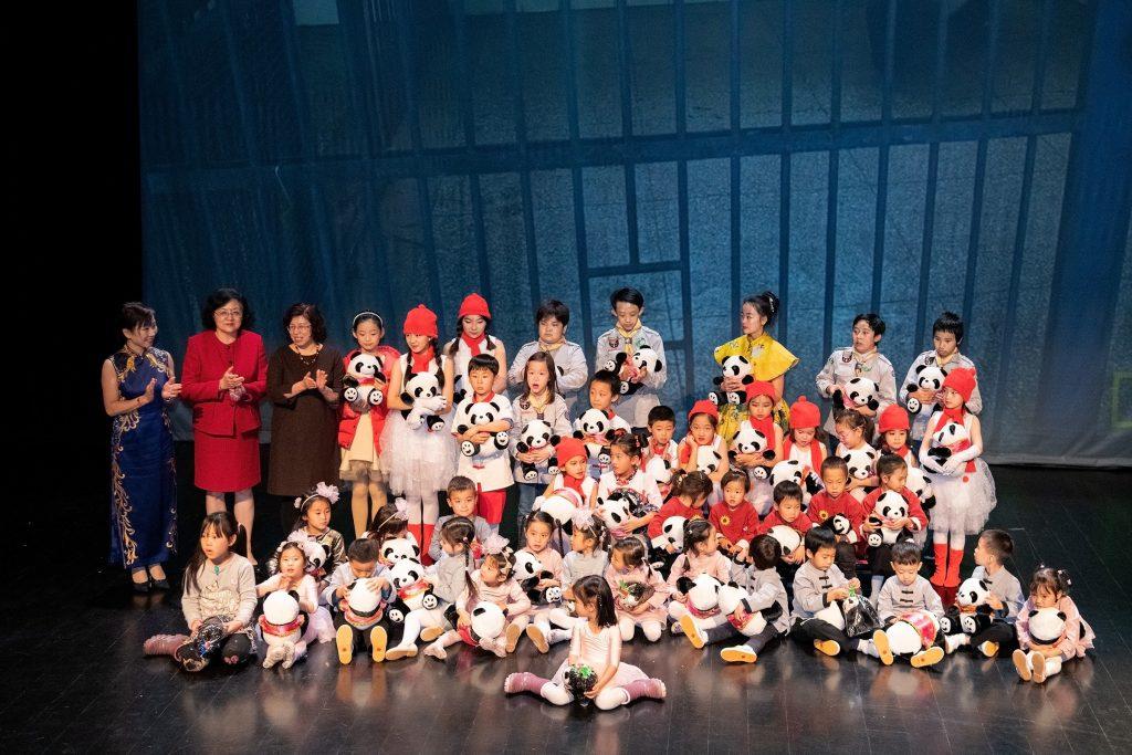 中国驻挪威大使夫人伍晓玲女士以及妇女会会长与小演员合影